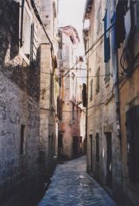 旧市街の狭い横町