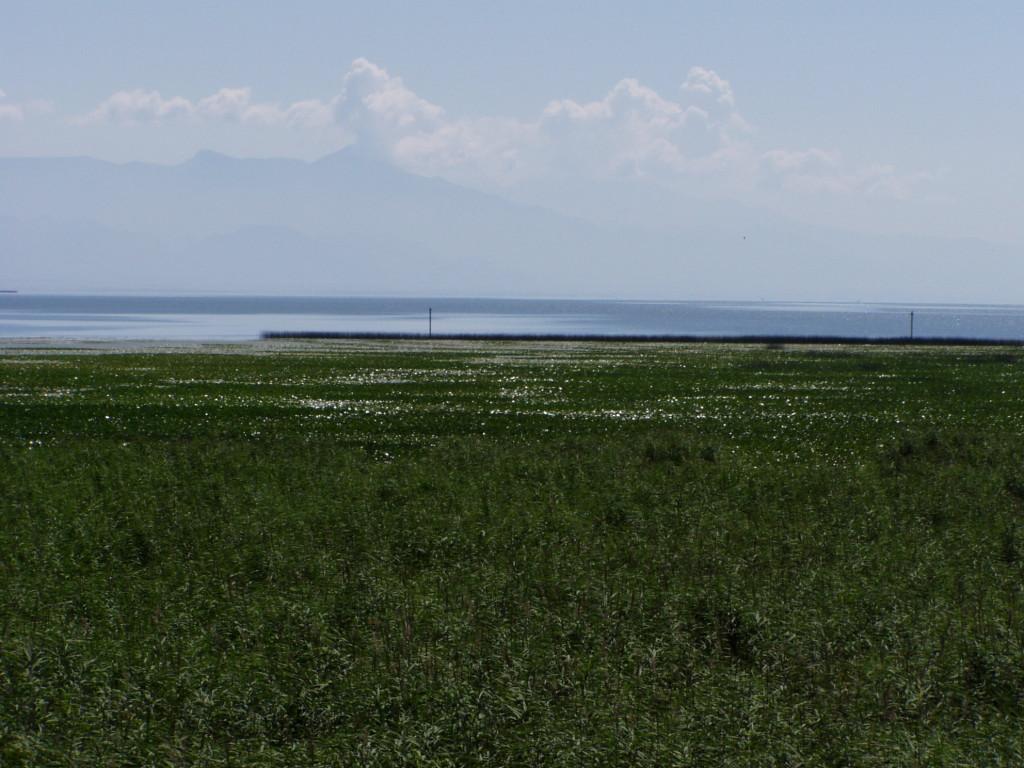 山に囲まれているシュコダル湖