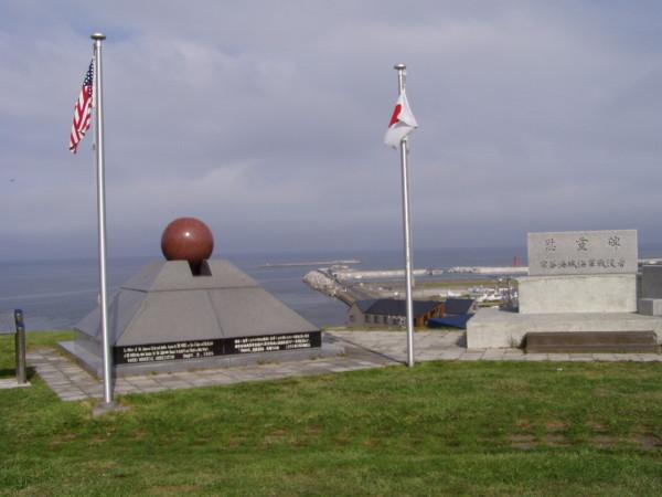 Eines der vielen Denkmäler am Kap Soya