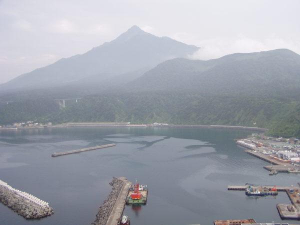 Insel Rishiri / Hokkaido: Hafen mit den Rishiri Fuji im Hintergrund