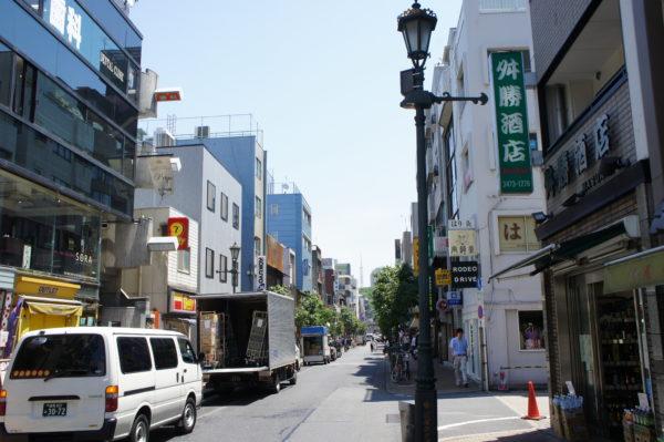 Die kleine, gehobenere Haupteinkaufsstrasse von Hiroo