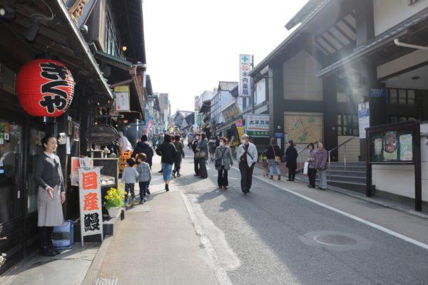 Die Flaniermeile zwischen Bahnhof und Naritasan-Schrein