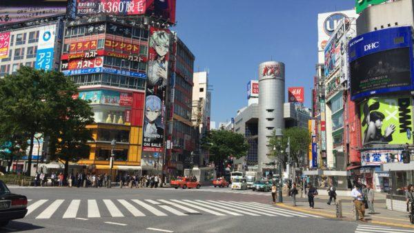 Die weltberühmte Alle-gehen-Kreuzung vor dem Bahnhof von Shibuya