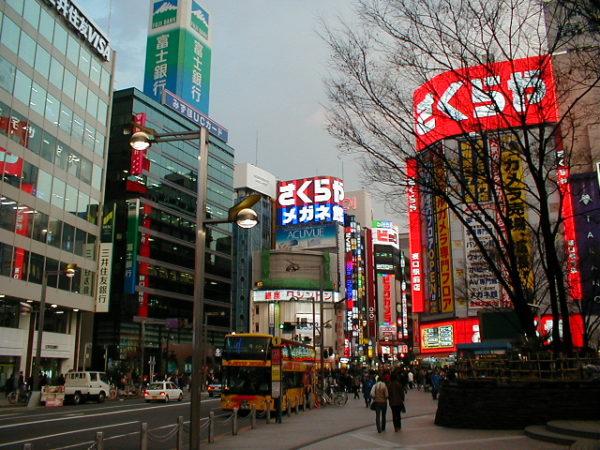 Der Bahnhof von Shinjuku-Vor dem Ostausgang (Higashi-guchi)