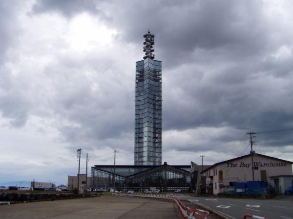 Der gläserne Hafenturm bei Akita