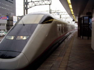 Akita-Shinkansen im Bahnhof von Akita