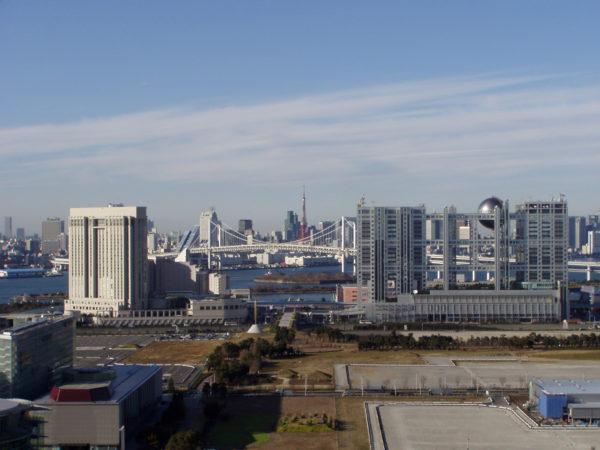 Blick auf Odaiba, die Brücke und den Tokyo Tower