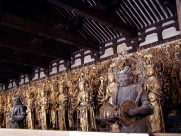 Der Reigen der lebensgrossen Statuen im Tempel