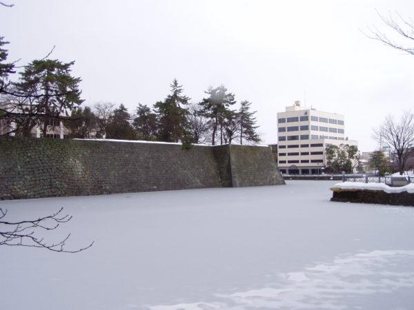 Der (zugefrorene) Burggraben im Zentrum von Fukui