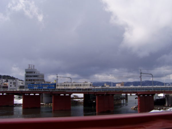 Straßenbahn? Zug? auf der Brücke über den Asuwa