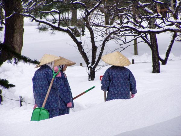 Schneeschippen im Kenroku-Park