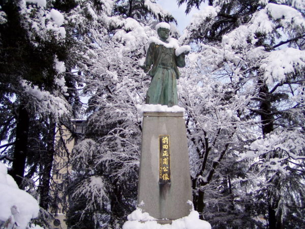 Statue von Maeda Masaho im Schlosspark