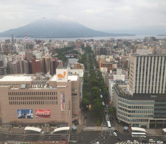 Blick auf das Zentrum der Stadt und auf den Vulkan Sakurajima
