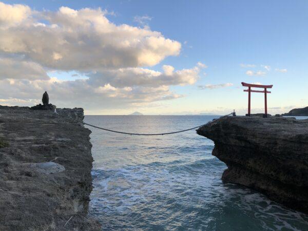 Der Torii bei Shirahama - mit den Izu-Inseln im Hintergrund