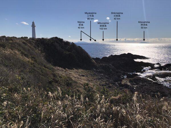 Leuchtturm vom Kap Tsumeki und ein paar der Izu-Inseln