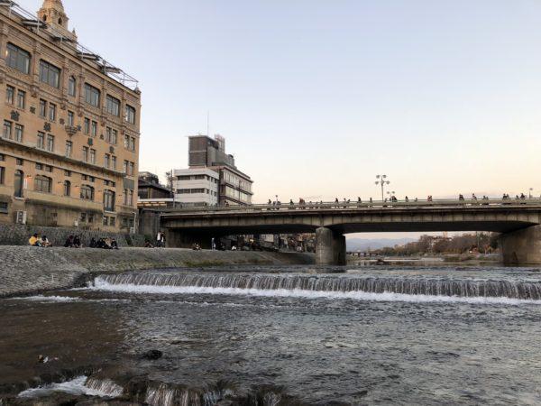 Blick auf die Shijō-Brücke über den Kamogawa-Fluss Richtung Pontocho