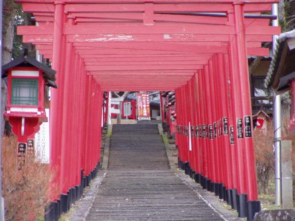 Zugang zu einem kleinen Schrein in Sasayama