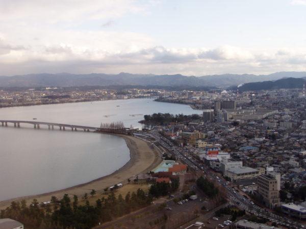 Das dichtbesiedelte Südende des Biwa-ko bei Ōtsu