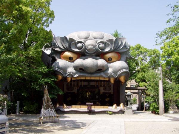 Die 12 Meter hohe Löwenhalle (Shishiden) im Nambayasaka-Schrein