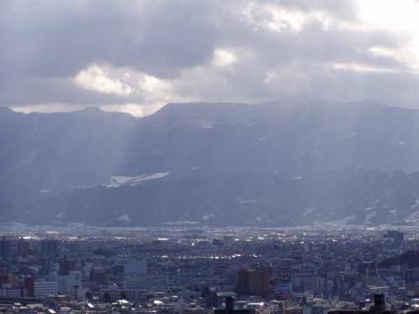 Blick auf die Stadt und die Berge