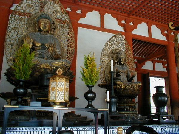 Buddhastatuen in der Lehrhalle