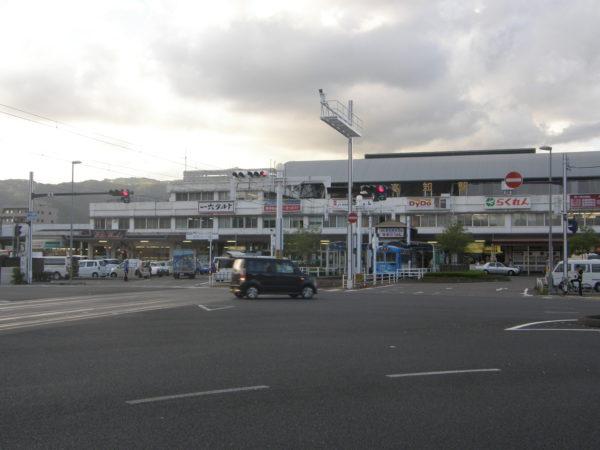 Der Bahnhof von Kochi mit dem Bahnhofsvorplatz
