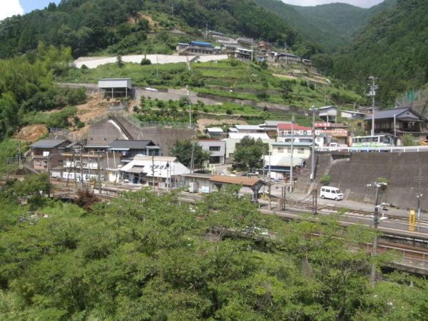 Der Bahnhof von Oboke und der kleine Ort selbst
