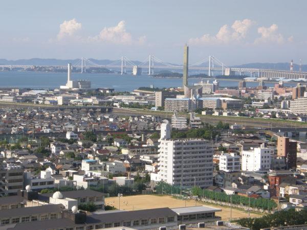 Blick über die Stadt auf die grosse Brücke