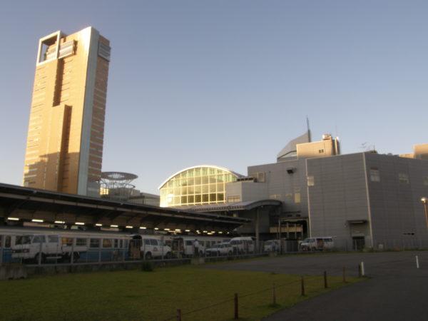 Der hochmoderne Bahnhof nebst Symbol Tower