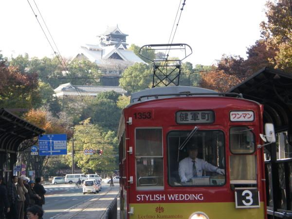 Straßenbahn im Zentrum mit der Burg im Hintergrund