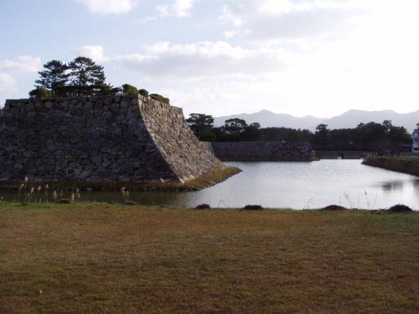 Wassergraben der alten Festung am Shizuki-Berg