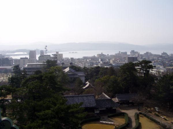 Blick auf die Stadt und den Shinji-ko
