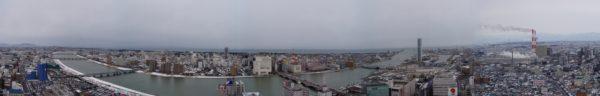 Panorama der Innenstadt von Niigata mit dem Japanmeer im Hintergrund