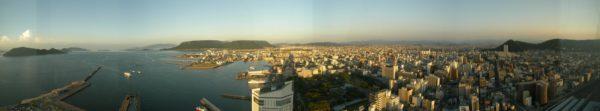 Panorama der Innenstadt von Takamatsu. In der linken Bildmitte das Yashima-Plateau