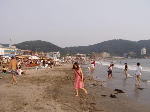Am belebten Strand von Zushi