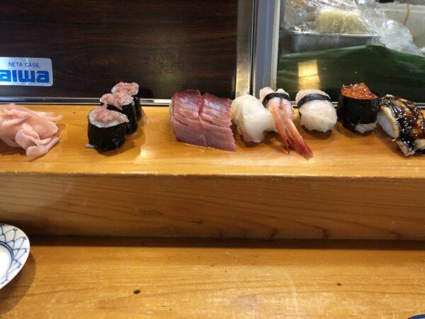 Nicht wundern: Vor alllem iin älteren Sushirestaurants wird das Sushi nicht auf dem Teller, sondern direkt auf dem Tresen platziert.