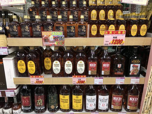Regal voll mit japanischem Billigwhisky: Lieber die Finger weglassen