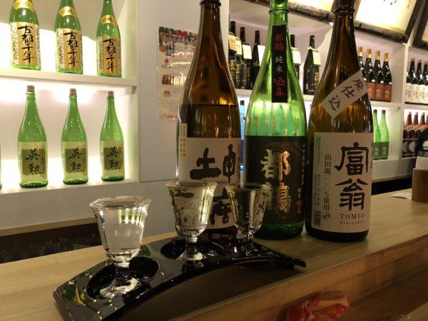Sakeverkostung bei einer Sake-Bar in Kyoto