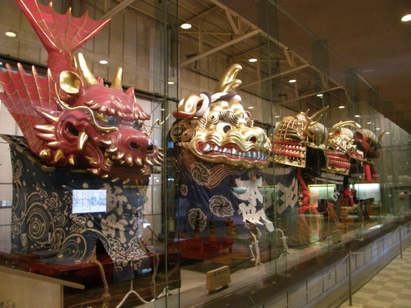 Die eindeutig von China motivierten, grossen Wagen des landesweit bekannten Hikiyama-Festivals