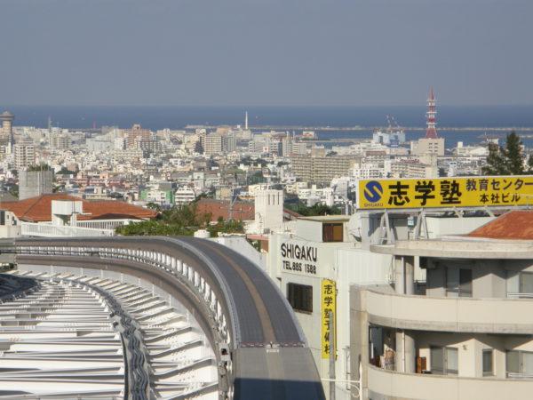 Insel Okinawa: Blick auf die Stadt von der Monorail bei Shuri