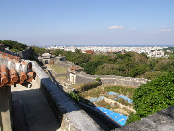 Blick von der Burg Shuri auf die Außenmauern und die Stadt