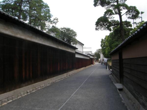 Schmale Gassen, lange Holzmauern