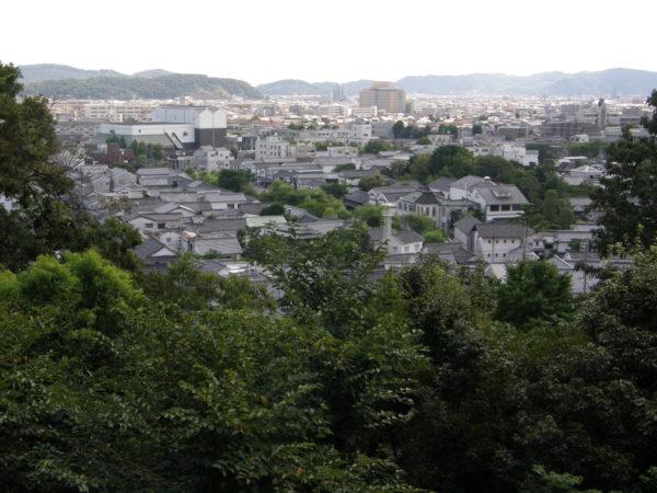 Blick vom Achi-Schrein auf die Stadt