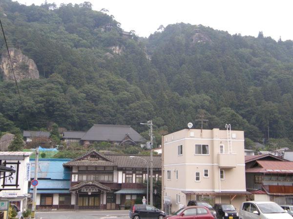 Blick vom Bahnhof Richtung Tempel