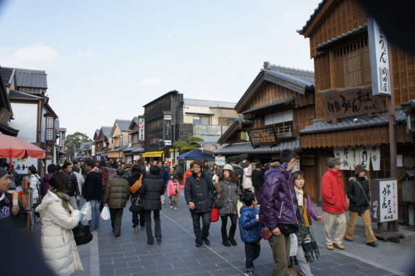 Die Okage-Yokochō vor dem Schrein