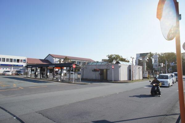 Bahnhof und Vorplatz von Ise-shi