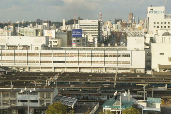 Blick über den Bahnhof auf das Stadtzentrum