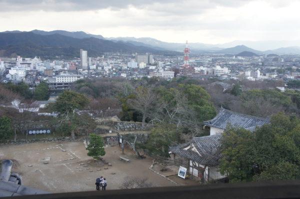 Blick auf das Stadtzentrum und die Berge im Hinterland