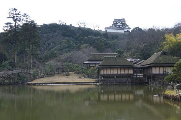 Teich im Genkyū-en und Burg im Hintergrund