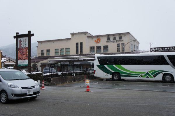 Der erste Eindruck täuscht: Bahnhof von Takayama